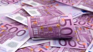 Zrolovaná 500 eurová bankovka
